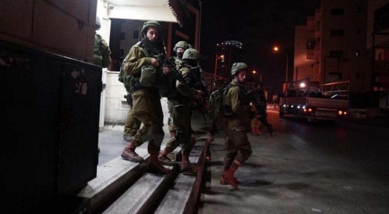 صور الجنود الاسرائيلين يداهمو منازل الضفة المحتلة