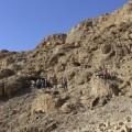 موقع الكهف الجديد المكتشف على منحدر غرب مدينة قمران بالضفة الغربية المحتلة