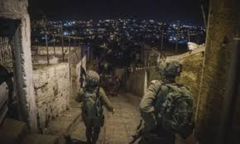 الاحتلال يعتقل 8 فلسطينيين من الضفة ويقتحم قبر يوسف