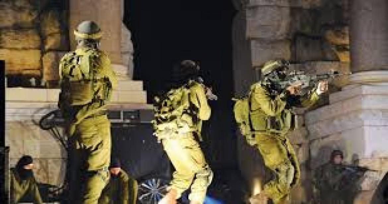 اعتقالات ومواجهات بمداهمات ليلية بالضفة