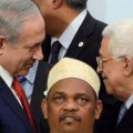 الرئيس عباس يصافح نتنياهو في باريس