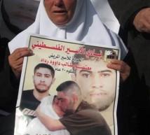 والدة الاسير معتصم رداد تبكي على ابنها اثناء فعالية التضامن معه في طولكرم
