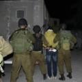 جنود الاحتلال يعتقلون أحد الفتية