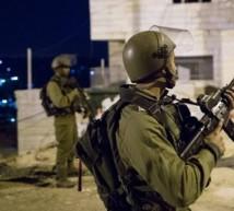 اقامة جبرية لإحدى منازل المواطنين من قبل جنود الاحتلال - صورة بالليل