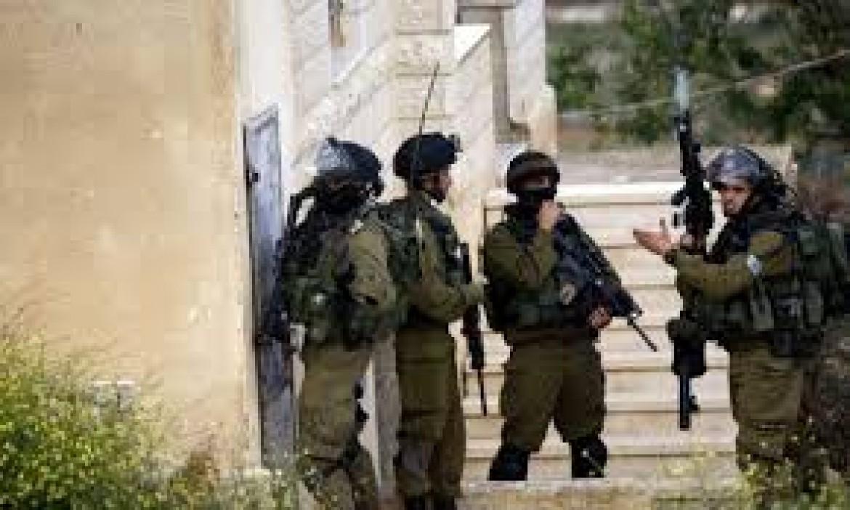 الاحتلال يسلم بلاغات لعدد من المواطنين