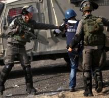 قوات الاحتلال الاسرائيلي يعتدي على صحفي فلسطيني اثناء عمله
