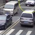 المارة ينقذون طفلا علق تحت سيارة في دقيقة واحدة فقط
