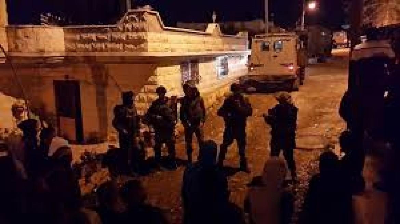 الاحتلال يعتقل مواطنة وابنتها